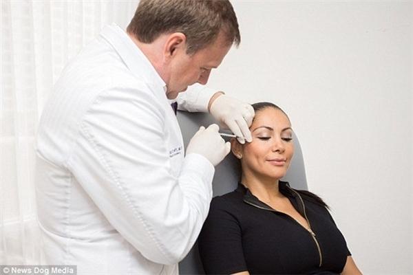 Người vợ phẫu thuật thẩm mĩ nhiều lần để chứng minh tay nghề của chồng