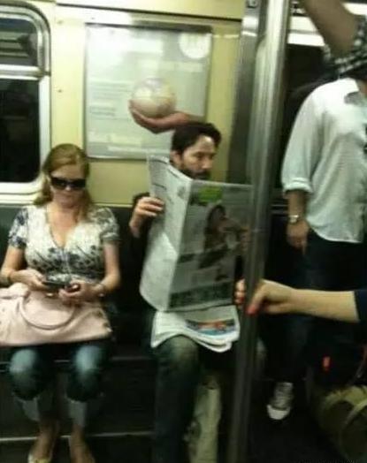 Nam nghệ sĩthường xuyên đi lại bằng tàu điện ngầm.