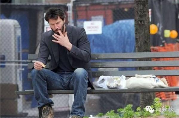 Anh thản nhiên ngồi trên đường ăn sandwich, bánh ngọt và vô cùng thân thiện với người đi đường.