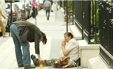 Anh thường xuyên cho tiền những người nghèo, người vô gia cư.