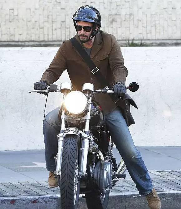 Hiện tạiKeanu Reeves vẫn chạy chiếc Harley cũ của mình vàsống một cuộc sống tự do tự tại.