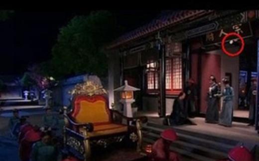 """Cảnh đêm trong bộ phim Cung Tỏa Châu Liêm vô cùng """"sáng chói"""" vì sự xuất hiện của bóng đèn điện."""