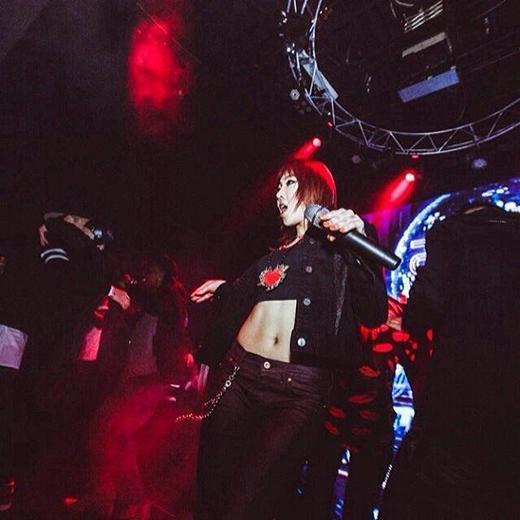"""Được mệnh danh là """"cỗmáy nhảy"""", em út Minzy gia nhập cùng 2NE1 khi còn ít tuổi. Côdần trưởng thành cùng với thành công của nhóm."""