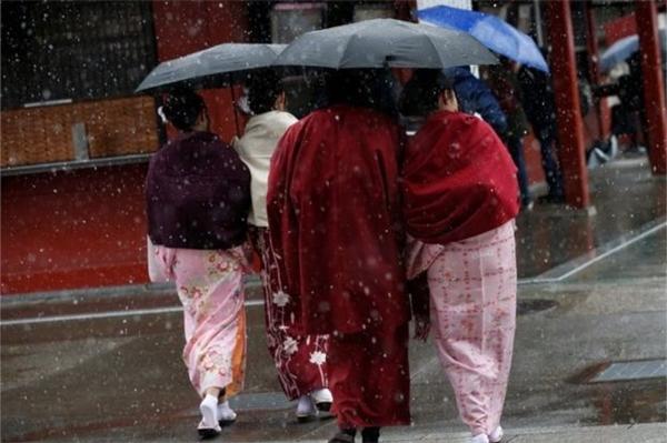 Nhữngngườiphụ nữmặc kimono đi viếng chùa Senso gặp tuyết rơi. (Ảnh: Reuters).