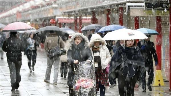 Tuyết rơi trắng xóa cả đường đi. (Ảnh:Kyodo)