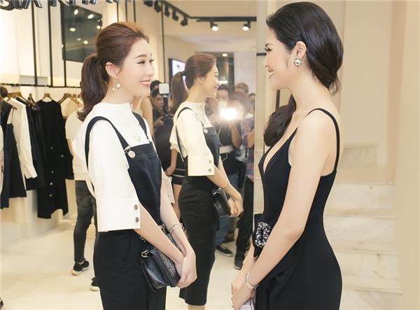 """Hai người đẹp """"mười phân vẹn mười"""" liên tục cười tít mắt và hào hứng trò chuyện, chia sẻ khi gặp lại và chụp hình kỉ niệm chung với NTK Lâm Gia Khang."""