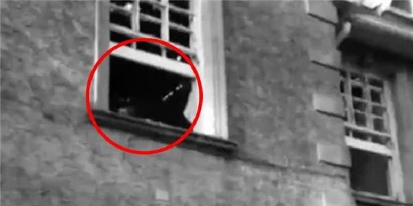 Hình ảnh ghi lại bóng người bí ẩn bên trong bệnh viện bỏ hoang. (Ảnh: Metro)