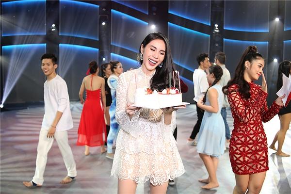 Bà xã Công Vinhvô cùngbất ngờ khi được fan tổ chức buổi tiệc sinh nhật ấm cúng cùng với ê-kíp chương trình. - Tin sao Viet - Tin tuc sao Viet - Scandal sao Viet - Tin tuc cua Sao - Tin cua Sao