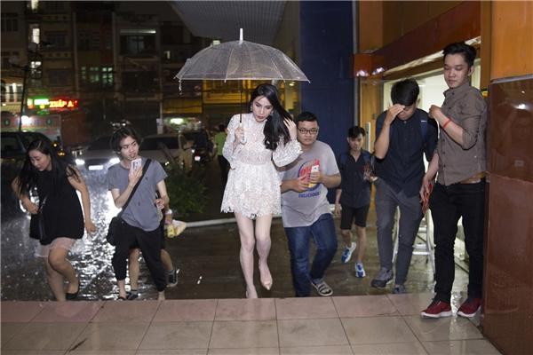 Xuất hiện với vai trò khách mời, Thủy Tiên có mặt tại phim trường từ khá sớm mặc dù ngoài trời mưa rấtto. - Tin sao Viet - Tin tuc sao Viet - Scandal sao Viet - Tin tuc cua Sao - Tin cua Sao