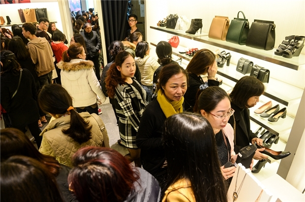 Người Hà Nội chen chúc tại các trung tâm thương mại ngày Black Friday