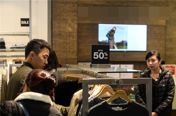 Các quầy bày bán hàng hiệuđều giảm giá mạnh từ 40% đến 50%, thậm chí hơn.