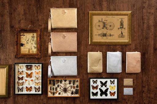 Sắc vàng đồng, ánh bạc lấp lánh của những chú bọ hay ngôi sao là cácđiểm nhấn vô cùng đặc biệt cho chiếc ví nhỏ cầm tay trong bộ sưu tập.