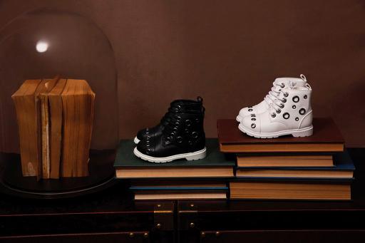 Giày boot với các khoen tròn kim loại tạo nét mạnh mẽ, khác biệt và sành điệu.