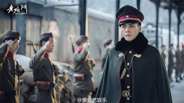 Trang phục quân nhân dân quốc vô cùng hợp với Trần Vỹ Đình.