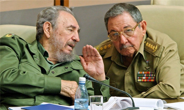 Fidel và em trai Raul của ông vào tháng 12/2003