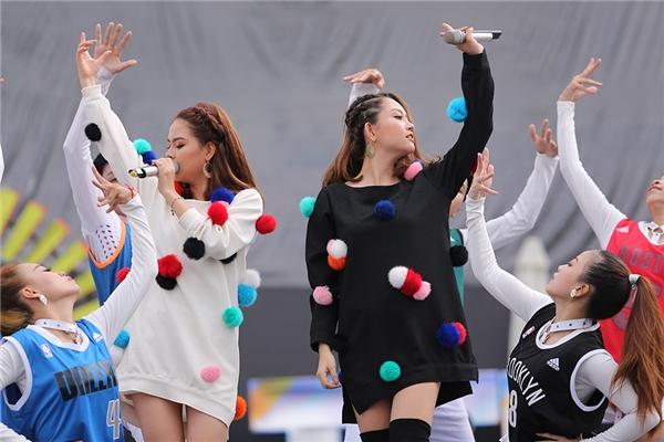 Hai cô gái xinh đẹp của nhóm The Twins thể hiện ca khúc Wish You Comeback, góp thêm phần sôi động cho chương trình. - Tin sao Viet - Tin tuc sao Viet - Scandal sao Viet - Tin tuc cua Sao - Tin cua Sao