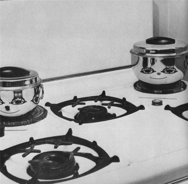 Hình ảnh phản chiếu của bếp lò lên những cái nồi trông cứ như mặt cười.