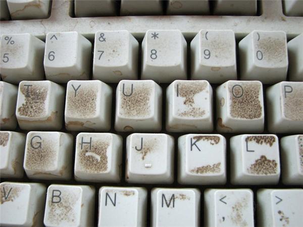 Người ta nói bàn phím máy tính còn bẩn hơn cả bồn cầu là đâu có oan chút nào.