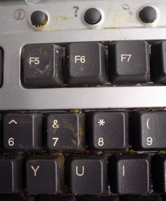 Chỉ cần nhìn bàn phím vi tính là biết ngay chủ nhân của nó là người như thế nào. Chẳng hạn đây là người vừa ngồi máy vừa ăn uống đây mà.