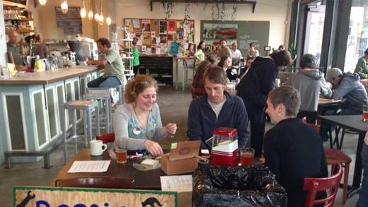 Quán cà phê dạy giới trẻ cách sửa đồ cũ thay vì vứt đi
