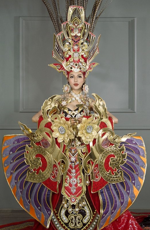 Dù mang đến thiết kế lạ mắt, đầu tư công phu và mới lạ so với các đại diện trước đâycủa Việt Nam tại đấu trường nhan sắc quốc tế, nhưng trang phục truyền thống của Khả Trang cũng nhận nhiều ý kiến trái chiều. Theo đó, nhiều người cho rằng bộ trang phục quá nặng, cồng kềnh, khó di chuyển.