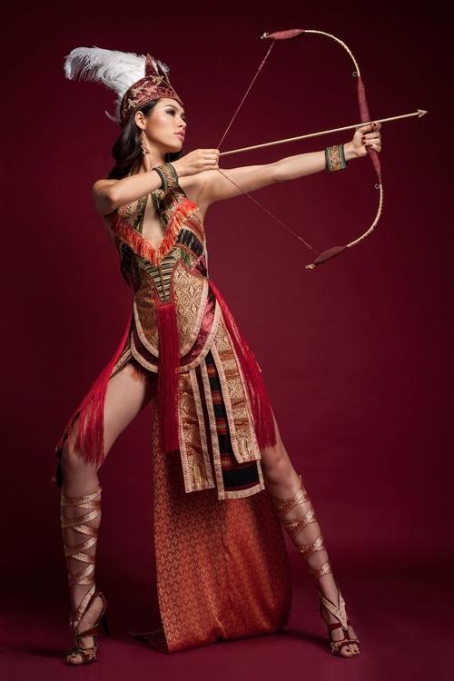 Năm 2012, Hoàng My bị dư luận tấn công dữ dội khi diện thiết kế hở quá đà đến tham gia thi đấu tại Hoa hậu Thế giới. Bộ cánh này cũng lấy ý tưởng từ văn hóa thời Hùng Vương.