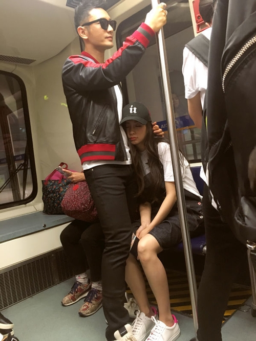 """Hồi tháng 6 vừa qua, hình ảnh Angela Baby yên tâm ngủ gục, làm nũng với ông xã trên tàu điện cũng làm các fan nữ không khỏi """"gào thét""""."""