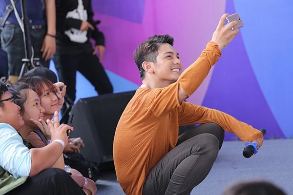 Nam ca sĩ khiến fans thích thú khi ngồi bệt selfie cùng khán giả. - Tin sao Viet - Tin tuc sao Viet - Scandal sao Viet - Tin tuc cua Sao - Tin cua Sao