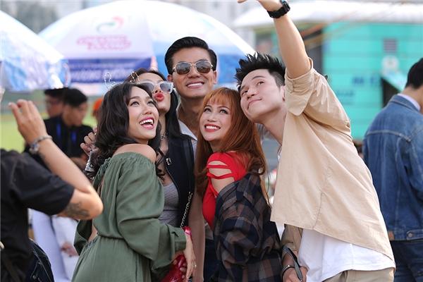 Dàn sao Chiến Dịch Chống Ế liên tục hỏi thăm và selfie cùng nhau trước giờ giao lưu cùng khán giả. - Tin sao Viet - Tin tuc sao Viet - Scandal sao Viet - Tin tuc cua Sao - Tin cua Sao