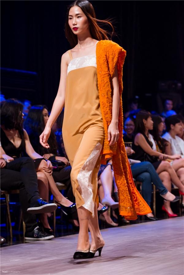 """5 thiết kế Li Lam đưa ra vẫn là những chiếc váy có phom dáng rộng thể hiện sự bay bổng trên nền chất liệu lụa tơ tằm, nhung trơn như một tuyên ngôn: """"Tối giản chính phong cách, là biểu hiện của sự tinh tế""""."""