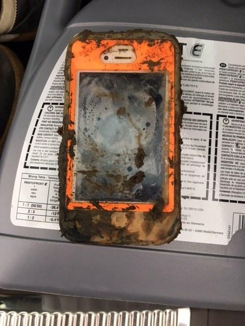Chiếc iPhone 4 vừa mới vớt lên. (Ảnh: internet)