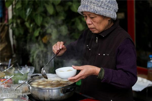 Không khí lạnh tăng cường, người Hà Nội co ro trong giá rét