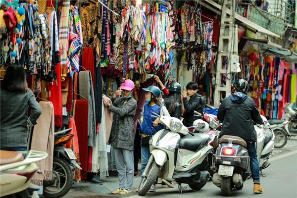 Các cửa hàng bán khăn, găng tay ở phố Đinh Liệt tấp nập người mua bán.
