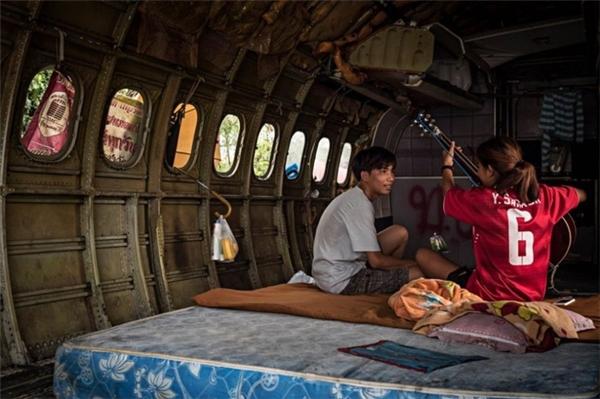 """Những khoang máy bay chở khách bị tháo hết ghế ngồi để tăng diện tích """"nhà ở""""."""