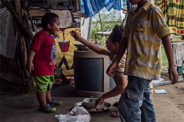 Không gian chật hẹp, lộn xộn và bẩn thỉu này là nơi che mưa che nắng cho những con người nghèo khổ.