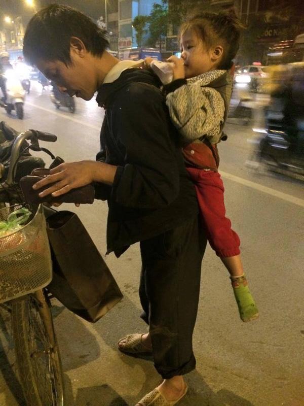 Hình ảnh người bố tàn tật cõng con nhỏ đi kiếm sống hàng ngày. (Ảnh: Internet)