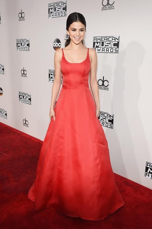 """Vẻ năng động đầy quyến rũ của giọng ca """"Same old love"""".  Bộ trang phục lộng lẫy được Selena diện trong đêm trao giải AMA 2016."""