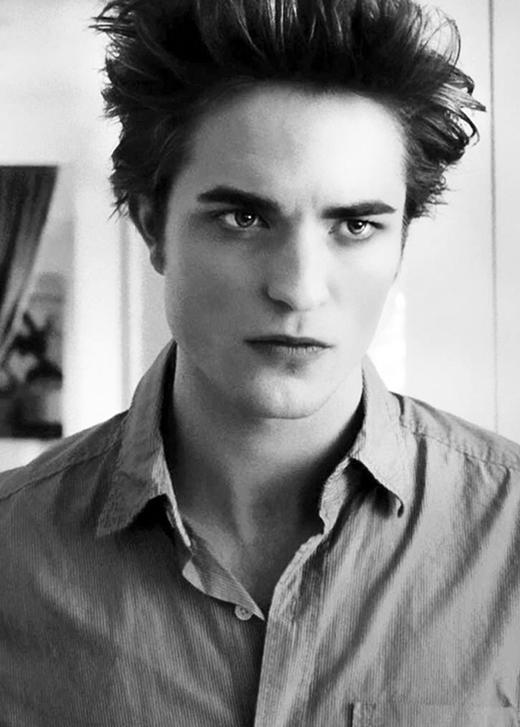 """Chàng """"ma cà rồng"""" Robert Pattinson với đường nét khuôn mặt hoàn hảo. Vẻ lạnh lùng đã tạo nên sức hút khó cưỡng đầy ma mị cho chàng trai này."""