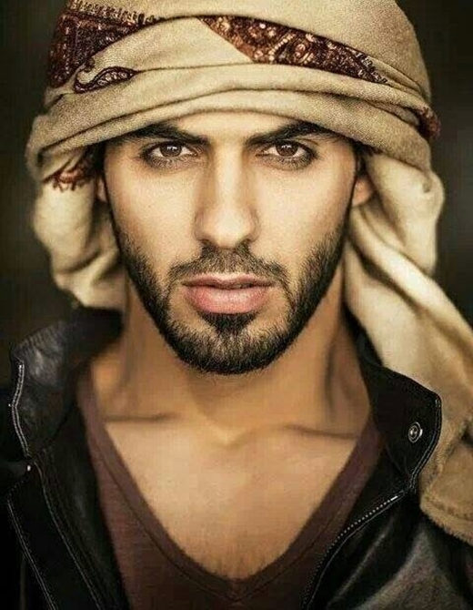 Theo sau Tom là Omar Borkan Al Gala – chàng trai Ả Rập từng bị... trục xuất vì vẻ đẹp trai không góc chết. Gương mặt anh đã đạt đến độ có thể nói là hoàn hảo vô cùng.