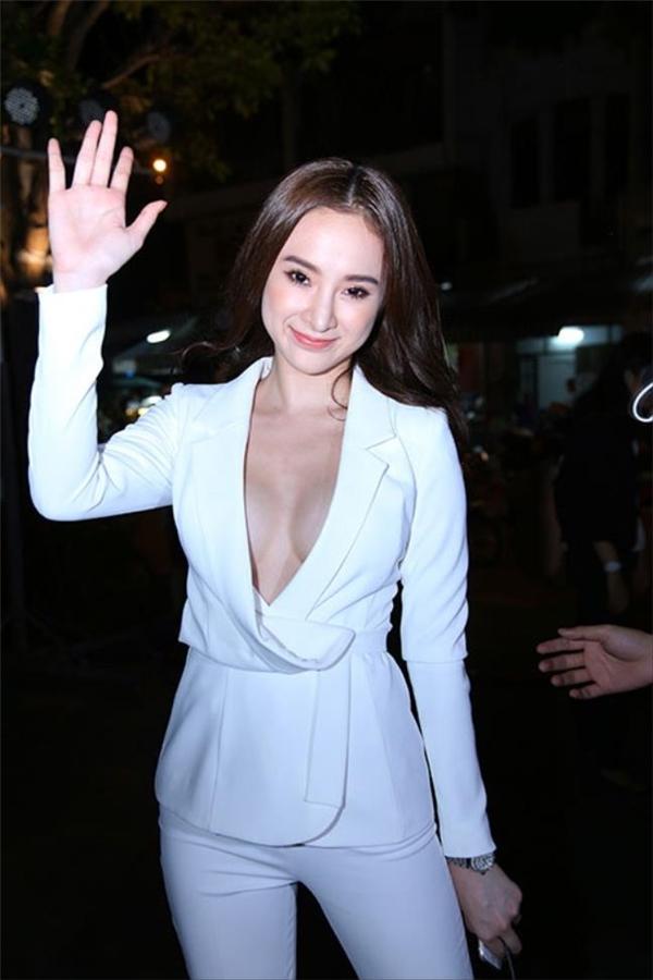 Bộ suit xẻ ngực sâu khiến nữ diễn viên gặp sự cố trên thảm đỏ khi một chiếc cúc áo bung ra ngoài. Angela Phương Trinh phải lấy tay che chắn để tránh bị lộ hàng.