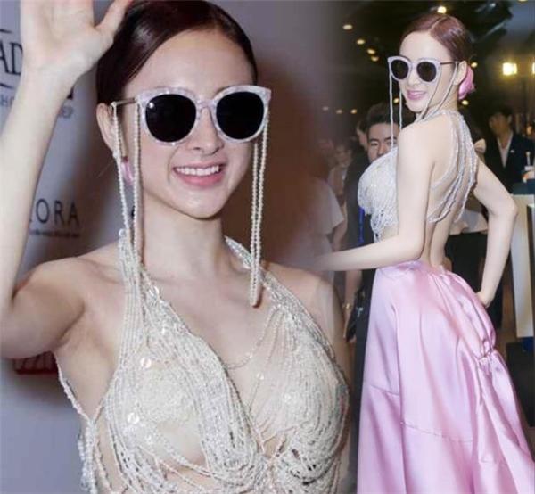 Một trong những bộ cánh bị chê tơi tả của cô nàng là thiết kế kết hợp chuỗi hạt ngọc trai và chân váy phồng xòe màu hồng trên thảm đỏ Elle Style Award 2015. Người xem phải đỏ mặt trước hình ảnh của Angela Phương Trinh.