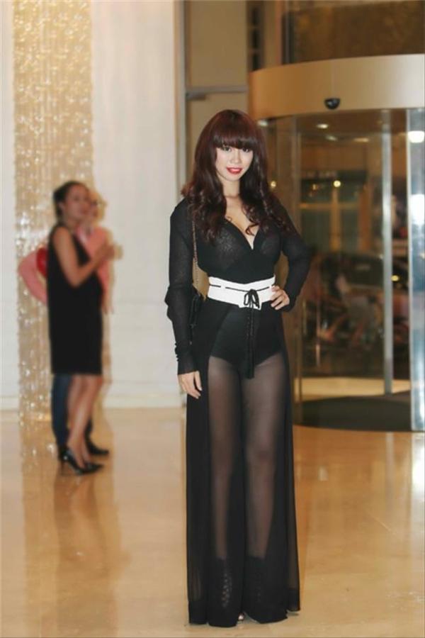 Đặc biệt, những bộ cánh diện với bra-top hay khoe nội y với áo, váy xuyên thấu của Hà Anh dường như chưa bao giờ được đánh giá cao.