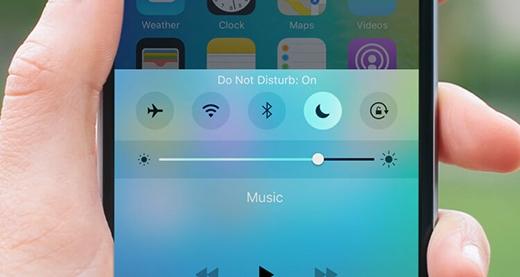 """Các kỹ sư nhà """"Táo khuyết"""" đã tạo nên biểu tượng trăng khuyết để người dùng sử dụng nếu họ cần các trường hợp phải """"Do not disturb"""" (Không được làm phiền). Chẳng có gì đáng nói nếu như họ không tạo ra một hiệu ứng đồ họa tinh tế, tỉ mỉ sau khi người dùng tắt biểu tượng này và quay lại trạng thái bình thường cho chiếc điện thoại của mình."""