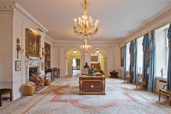 Theo Mirror, vợ chồng cầu thủ nổi tiếng này đã tới thăm ngôi nhà nhiều lần trước khi quyết định mua.Trước đó, họ được cho là đang ngắm tớimột căn biệt thự nhỏ với giá khá khiêm tốn chỉ7 triệu USD.