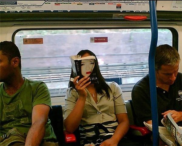 Ma xuất hiện trên xe buýt à.