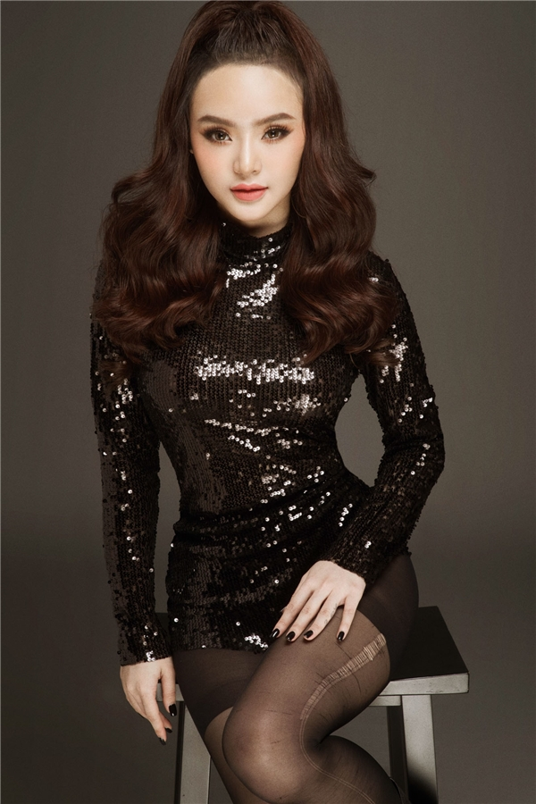 Trong bộ ảnh mới do nhiếp ảnh gia Milor Trần thực hiện,PhươngTranggợi cảm và cuốn hút không kém cạnh so với chị gái AngelaPhương Trinh.