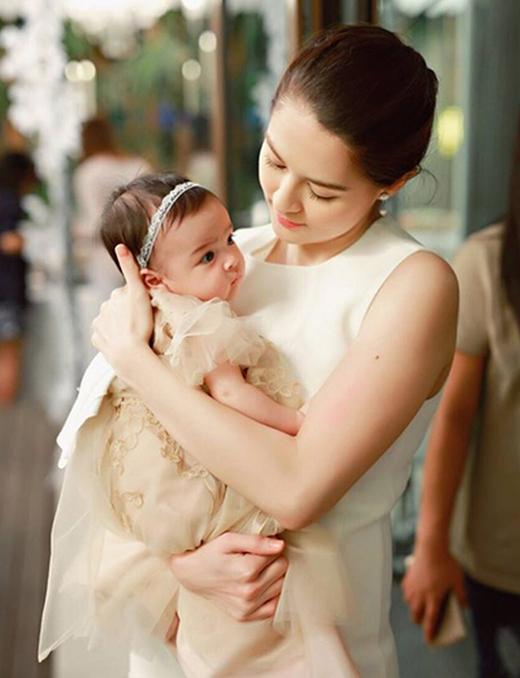 Khoảnh khắc ngọt ngào của mẹ Marian và bé.