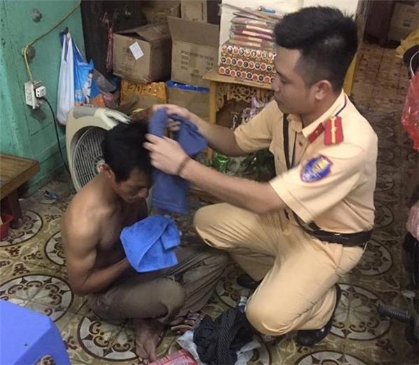 Thiếu úy Nguyễn Mạnh Nam giúp người gặp nạn trong ngày mưa bão. (Ảnh: Internet)