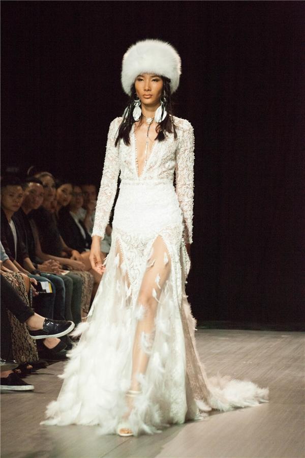 Đảm nhận vai trò chốt màn cho bộ sưu tập này là Hoàng Thùy. Lí giải về lựa chọn này, nhà thiết kế Katy Nguyễn cho biết, cô lựa chọn Quán quân Vietnam's NextTop Model 2011 bởi vẻ đẹp vừa hoang dã, vừa hiện đại, mạnh mẽ nhưng cũng vô cùng nữ tính rất phù hợp với tinh thần của The Nomad Anthem.