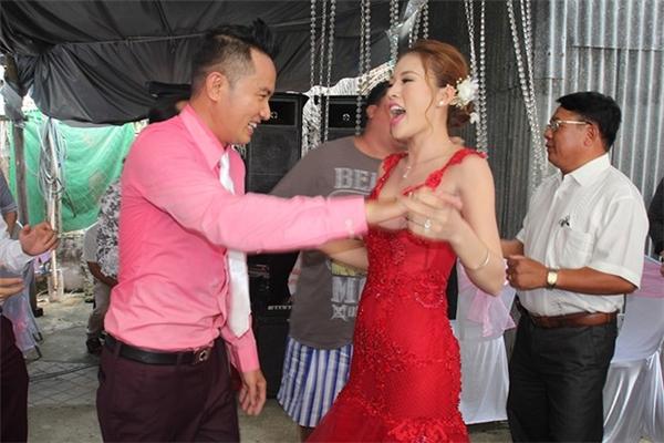 Diễn viên Thiên Bảo ngọt ngào ôm hôn bà xã trong ngày cưới - Tin sao Viet - Tin tuc sao Viet - Scandal sao Viet - Tin tuc cua Sao - Tin cua Sao